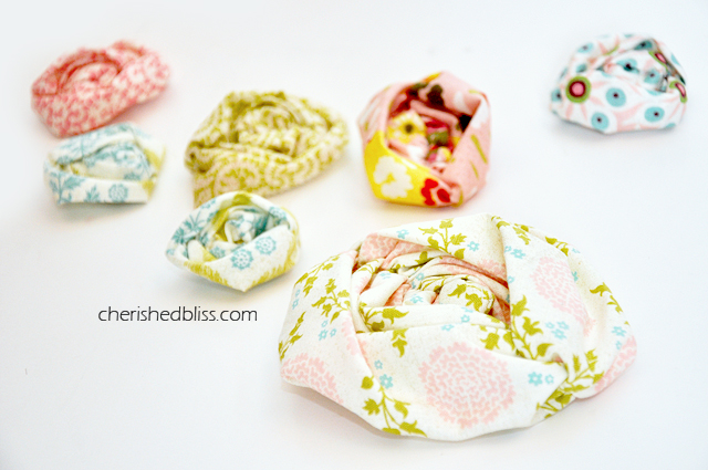 Super quick and easy Ruched Fabric Flower Tutorial. Instructions for both sewing machine and hand sewing! #sewing #tutorial