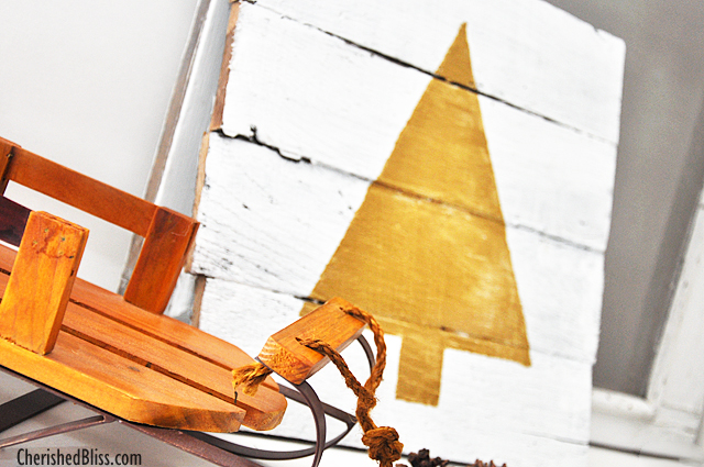 Love this gold and white Pallet Wood Christmas Tree tutorial