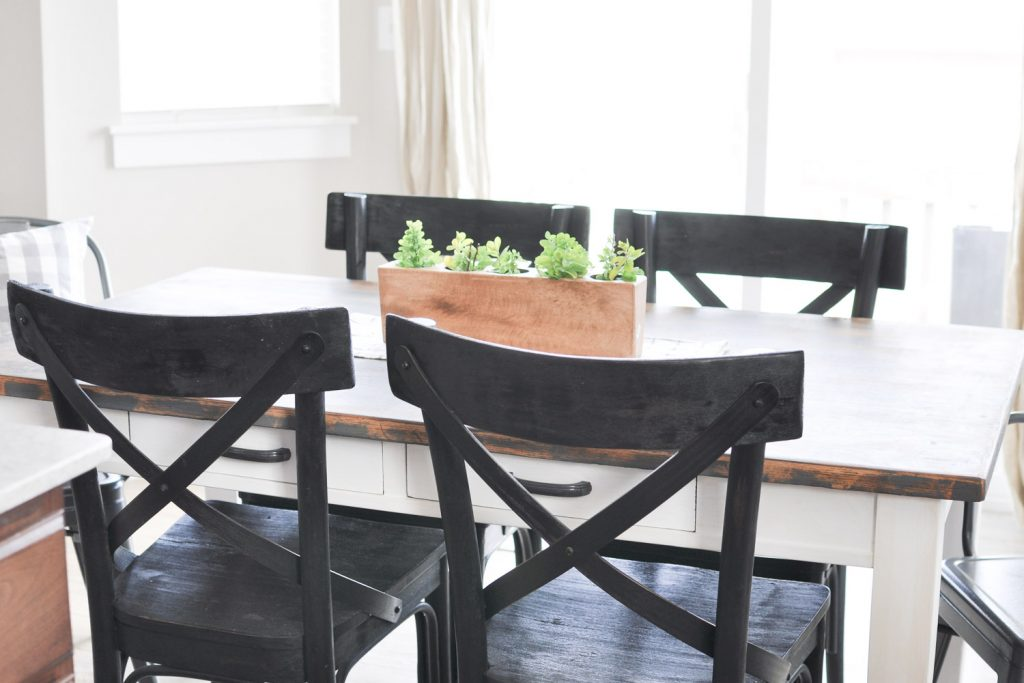 Take a tour of this simple Summer Dining Room. Offering the perfect blend of modern, simplistic and farmhouse, this space is definitely easy to recreate!