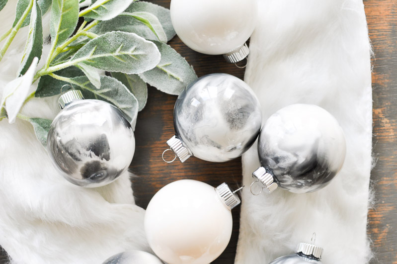 Marbling has never been so easy! With these simple instructions you can create the marbled Christmas ornaments of your dreams in any color you wish!