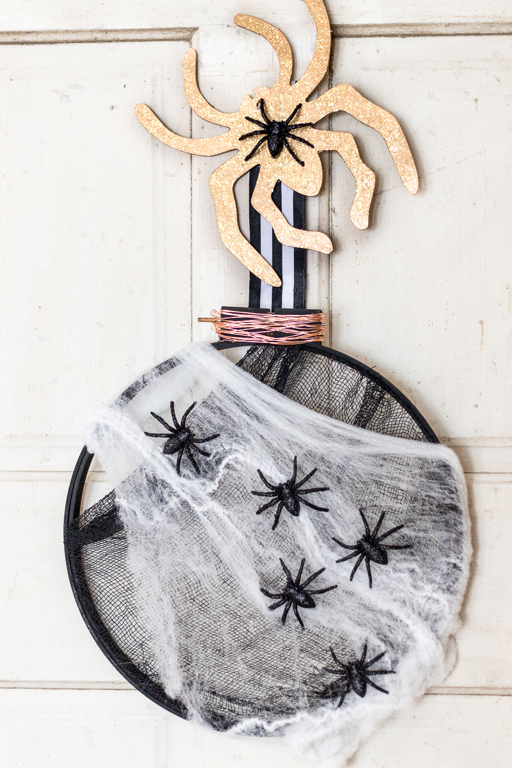 Learn how to make this easy Embroidery Hoop Halloween Wreath. It's the perfect addition to your door for all the trick or treaters to come!
