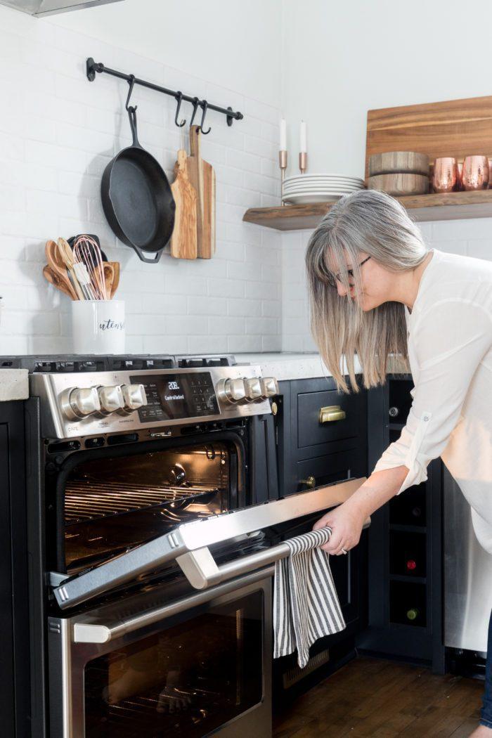 Вы планируете реконструировать кухню?  Прочтите эту статью о том, как выбрать кухонную технику в соответствии с вашим стилем, не жертвуя при этом функциональностью.