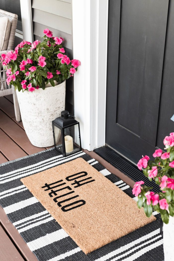 Layered rugs at the front door are the perfect outdoor summer decor.